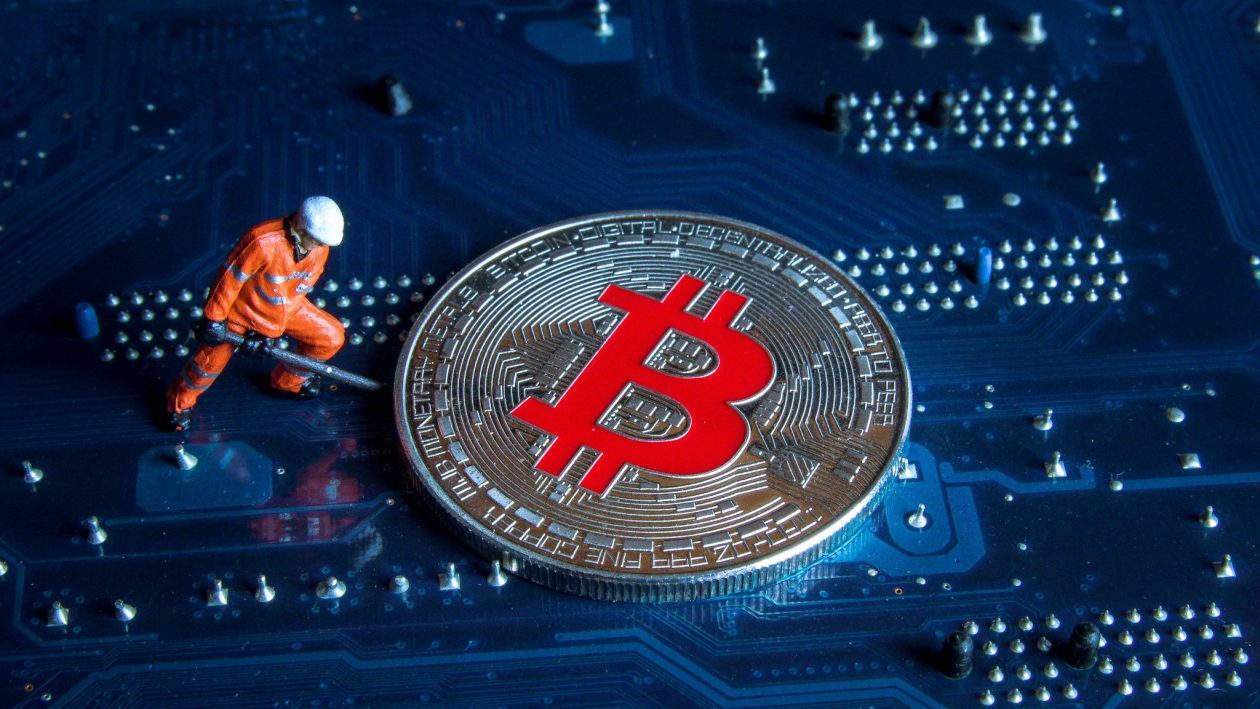 Por que a China está banindo um dos maiores centros de mineração de Bitcoin do mundo