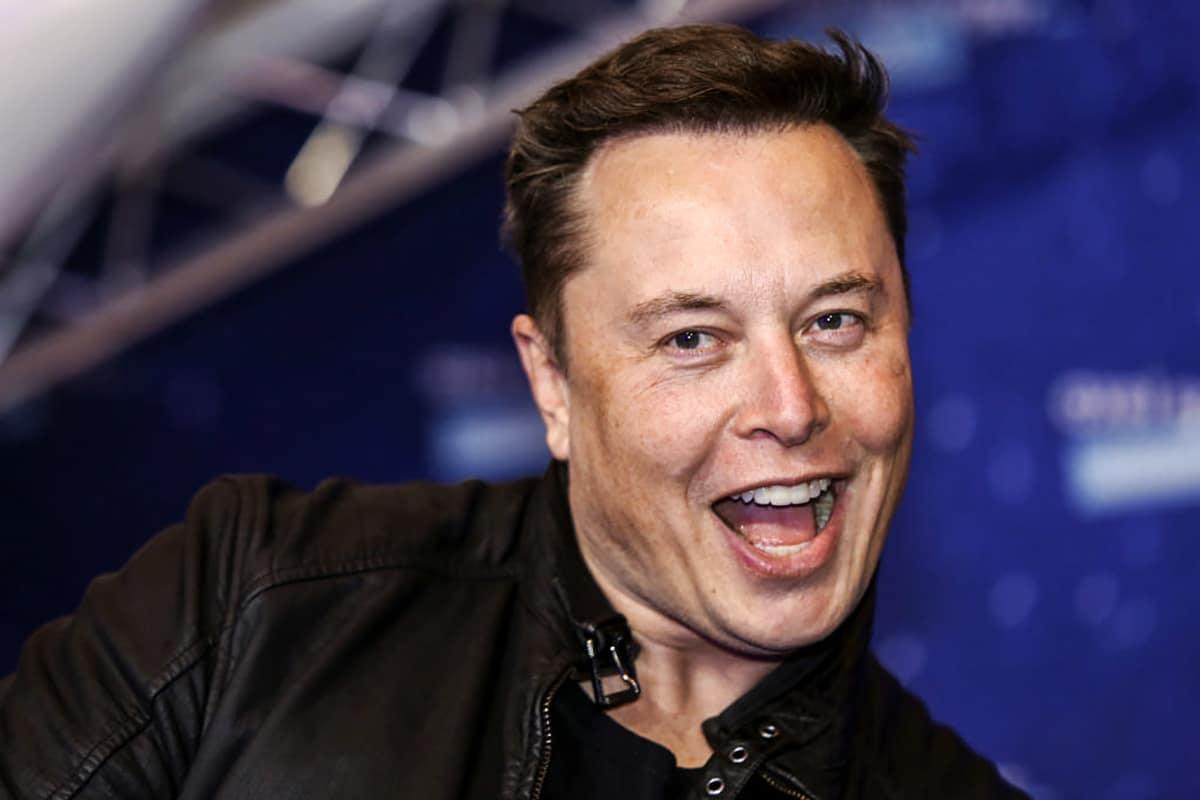 Elon Musk pergunta se Tesla deve aceitar Dogecoin